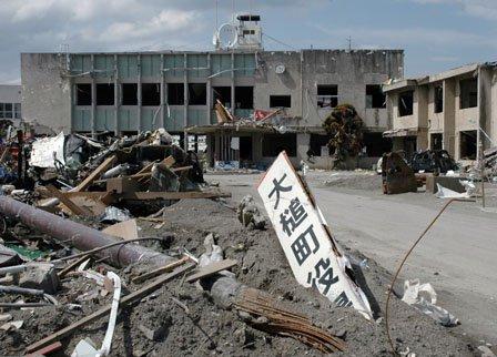 がれきに囲まれた震災直後の旧大槌町役場庁舎=2011年5月8日