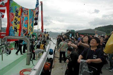 漁協ではもちまきをして瀬谷丸の進水式を祝った=2013年6月15日、大槌漁港