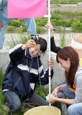 湧水を採水する参加者=2013年5月19日、大槌町の「町方」地区
