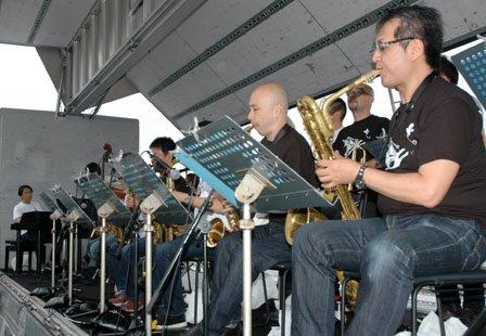 小曽根真さん(左端)が率いるビッグバンドによるジャズの音が大槌湾に響き渡った=2013年7月5日、大槌町赤浜