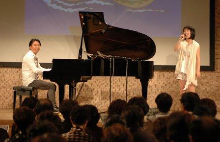 小曽根真さんのピアノに合わせて歌う臼澤みさきさん=2013年6月29日、大槌町内の町中央公民館