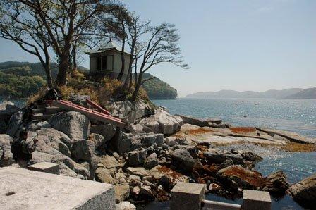 津波で倒壊した弁天神社の赤い鳥居=2013年5月23日、大槌湾の蓬莱島