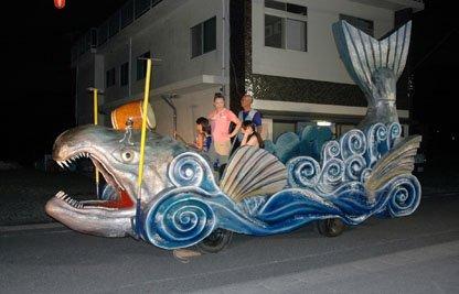 吉里吉里地区の今年の盆踊り大会ではサケをかたどった山車が登場した=2013年8月14日、大槌町吉里吉里2丁目