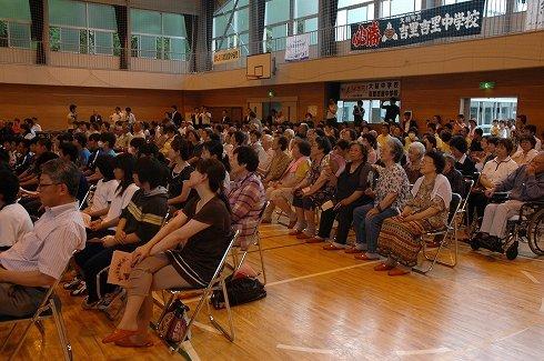 大勢の地元の人たちが発表会を鑑賞した=2013年7月10日、大槌町立吉里吉里中学校の体育館