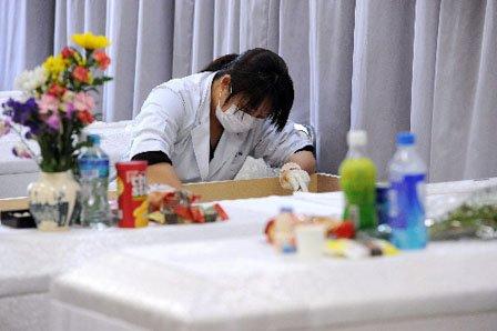 化粧を施し遺体を復元する笹原留似子さん=2011年3月28日、岩手県釜石市内の遺体安置所