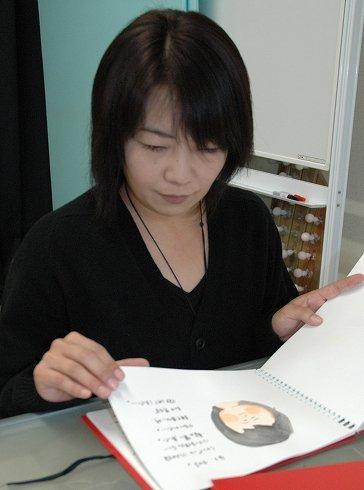 復元、納棺した子どもたちを絵日記で振り返る笹原留似子さん=2012年1月7日、岩手県北上市内の事務所