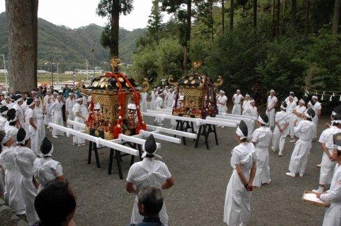神輿渡御を控えて気持ちを引き締める担ぎ手たち=2013年9月23日午前9時、大槌町上町の小鎚神社