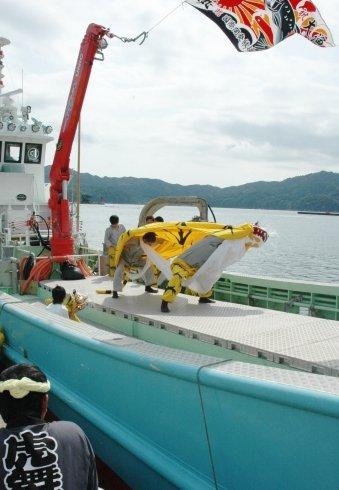 定置網漁船の船上で舞う安渡虎舞=2013年9月22日午前10時半、大槌港