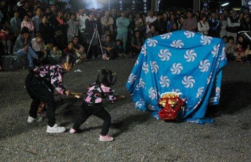 小鎚神社の宵宮で舞う中須賀大神楽=2013年9月22日午後7時、大槌町上町の小鎚神社