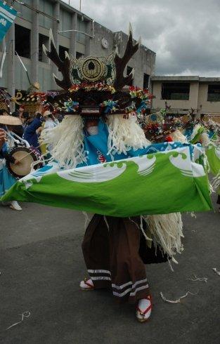 町長以下多くの犠牲者を出した旧町役場庁舎前で舞う臼澤鹿子踊=2013年9月23日午前10時45分、大槌町新町