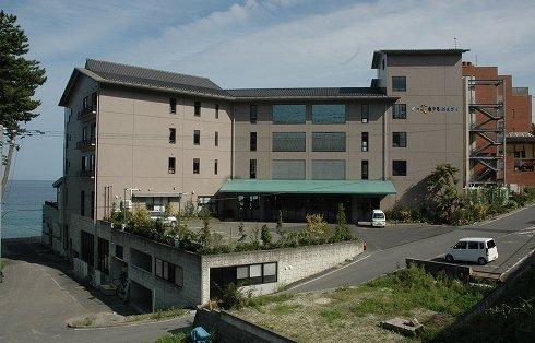 再出発した「三陸花ホテルはまぎく」=2013年9月18日、大槌町浪板海岸