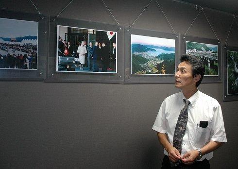 ホテル内の防災展示室には天皇、皇后両陛下が宿泊された時の写真が展示されている=2013年9月18日、大槌町浪板海岸の「三陸花ホテルはまぎく」