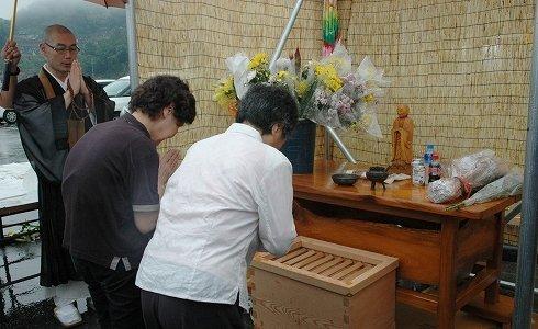 大槌町の旧役場庁舎前に設けられた新しい献花台=2013年7月11日、大槌町新町