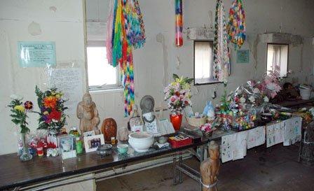 センター内の祭壇には遺族による献花が絶えることがない=2013年10月27日