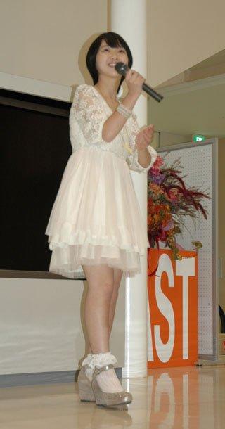 大槌町内で開かれたミニコンサートで歌う臼澤みさきさん=2013年10月14日