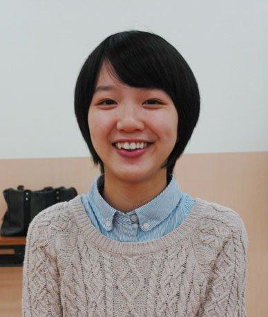 インタビューに答える臼澤美咲さん=2013年10月14日、大槌町