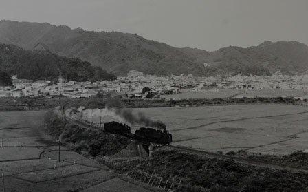 大槌町の町並みを背に走るSL=1969(昭和44)年、井原実氏撮影