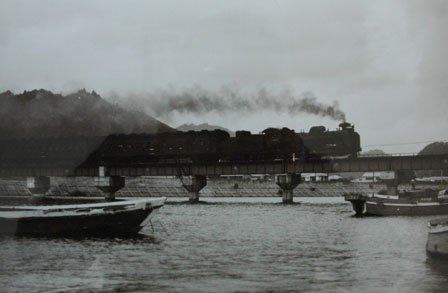 大槌川の鉄橋を渡るSL=1968(昭和43)年、佐竹保雄氏撮影