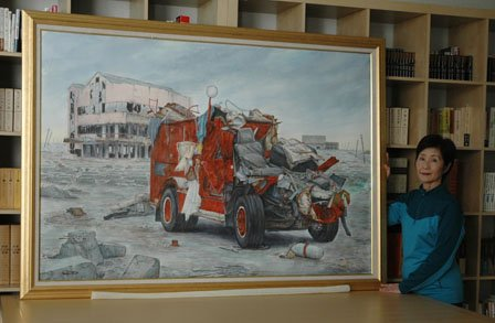 被災した消防車を描いた水彩画と佐々木君江さん=2013年10月28日、大槌町中央公民館