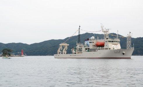 「ひょっこりひょうたん島」のモデルとされる蓬莱島の脇を航行する新青丸=2013年10月4日、大槌湾