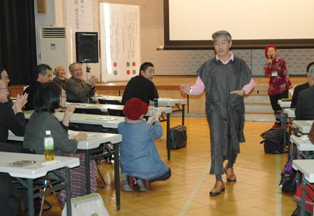 最後に男性も登場して拍手を浴びた=2013年12月1日、大槌町中央公民館