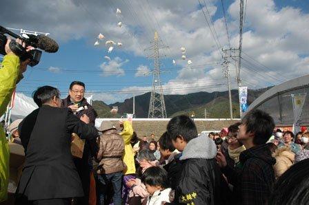 締めくくりには祭りにつきもののモチまきがあった=2013年12月1日、大槌町の大槌川河川敷