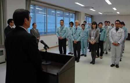一足先に帰郷する応援職員を対象にした仕事納め式が開かれた=2013年12月24日、大槌町役場