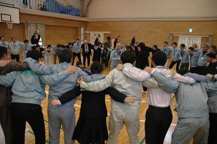 大槌中生徒会による感謝する会では応援職員と生徒たちが円陣を組み「進め、大槌!」と気勢を上げた=2013年12月13日、大槌町役場
