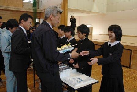 応援職員に色紙を贈呈する臼澤みさきさん(手前右)=2013年12月13日、大槌町役場