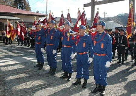 防火祈願で吹奏する大槌町消防団のラッパ隊=2014年1月5日、大槌町内の小鎚神社