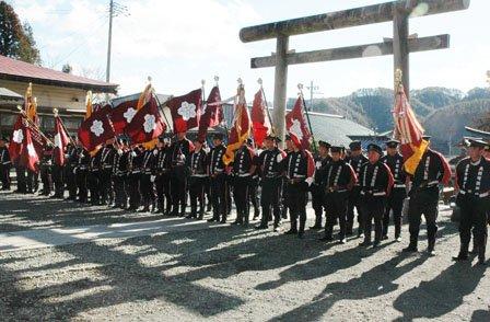 防火祈願で整列した大槌町消防団の団員たち=2014年1月5日、大槌町内の小鎚神社