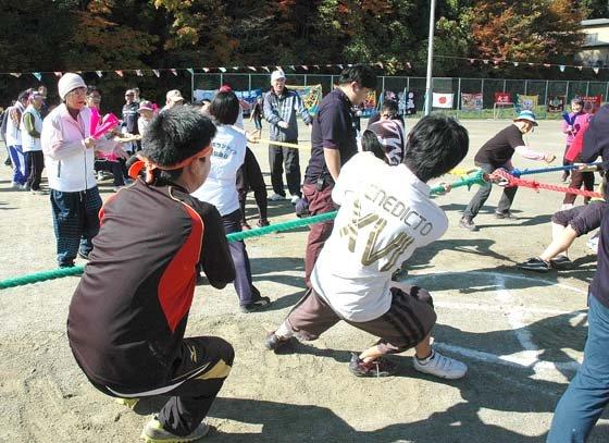 4チームによる「十字綱引き」=2014年11月2日、大槌町の大槌小・中学校仮設グラウンド