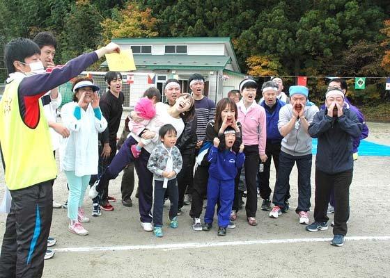 声の大きさを測定した「声出し合戦」=2014年11月2日、大槌町の大槌小・中学校仮設グラウンド