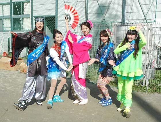 岩手をPRするために結成された「岩手まるごとおもてなし隊」=2014年11月2日、大槌町の大槌小・中学校仮設グラウンド