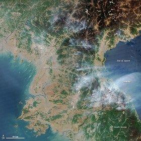 NASAの衛星が2014年4月25日にとらえた北朝鮮の様子。赤い部分が火災発生地点。煙が日本海側に流れているのがわかる(NASAウェブサイトから)