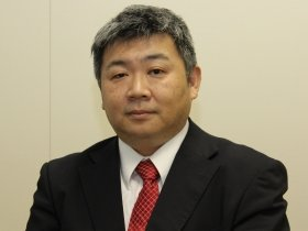 嶌峰氏は「アベノミクスは8合目。国民一人ひとりの生産性を上げれば達成できる」と語る