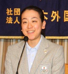 浅田選手は成田空港に着いてすぐに特派員協会の会見場に向かった