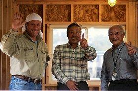 東松島市宮戸島の漁師たちと写真に収まる山口スティーブさん(左)