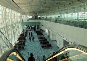 報道陣に公開された羽田空港国際線ターミナルの増築部分。左右がガラス張りで飛行機がよく見える