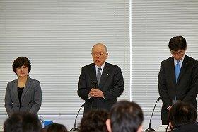 会見で謝罪する野依良治・理研理事長(中央)