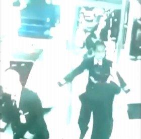 保安検査を通過するMH370の機長と副操縦士とされる画像。防犯カメラの動画がユーチューブに流出している