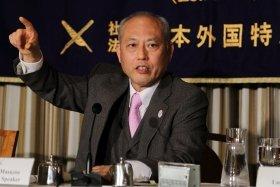 会見に臨む東京都の舛添要一知事。ドイツ語やフランス語を交えながら英語で質問に回答した