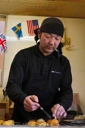 巧みな手つきで「りゅうぐう蛸焼」をつくる高橋さん
