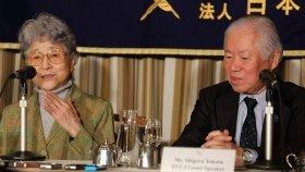 記者会見に臨む横田滋さん(右)と早紀江さん(左)