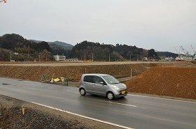 かさ上げされた土地。道路を走る車よりも高い場所もある