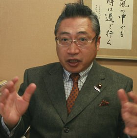 「大きな熊手」を買った渡辺喜美氏(10年3月撮影)