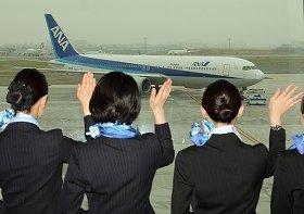 ANAのハノイ行き初便を客室乗務員が見送った