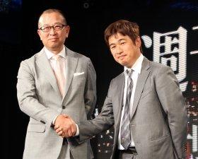 握手を交わす西川氏と川上氏(左から)