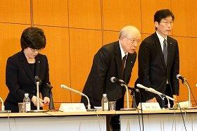 理研の会見は2時間に及んだ。中央は会見を終えて一礼する野依良治理事長
