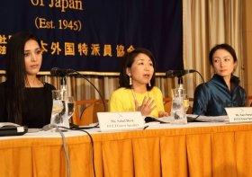 左から親善大使を務める女優のサヘル・ローズ氏、主に報告書を執筆した猿田佐世氏、HRW日本代表の土井香苗氏